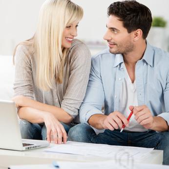 Junges Paar bespricht seine Finanzen