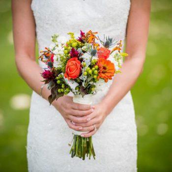 Braut mit Blumenstrauss