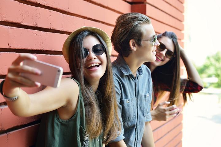 Junge Leute machen Selfies