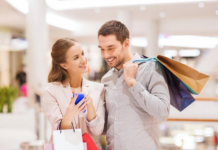 Junges Paar im Konsumrausch