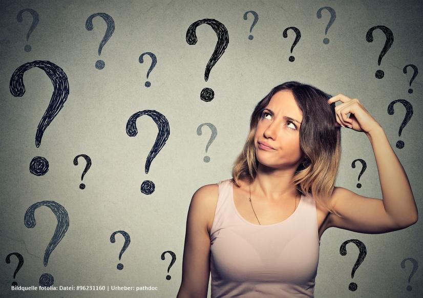 Nachdenkliche junge Frau die vor vielen Fragen steht